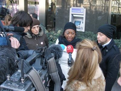 Paola y Marcelo explicando a la prensa su acción de hoy
